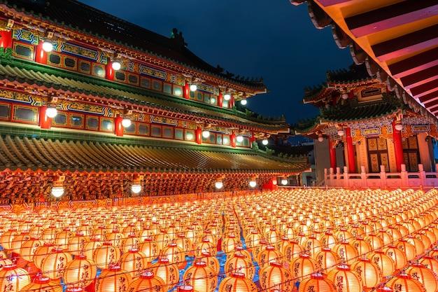 Chinees nieuwjaar, traditionele chinese lantaarns weergeven in tempel verlicht voor chinees nieuwjaar festival.