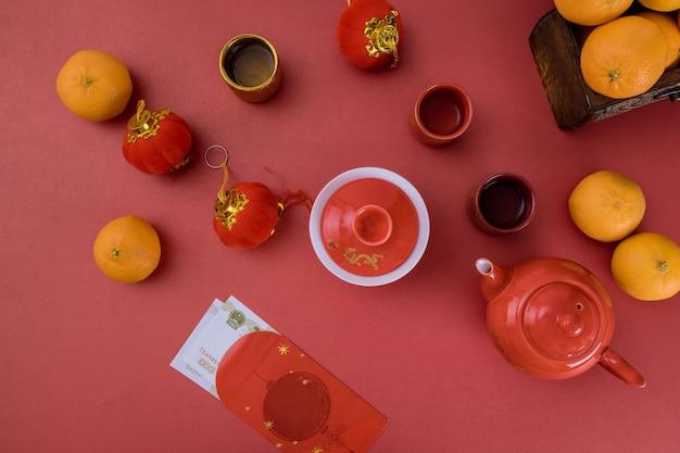 Chinees nieuwjaardecoratie mandarijn en rood pakket traditioneel met aziatische cultuur