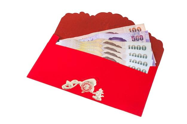 Chinees nieuwjaarsgeld in rode enveloppengift op witte achtergrond.
