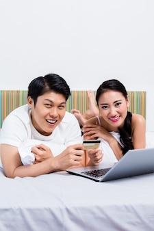 Chinees paar dat online vanuit hun slaapkamer winkelt