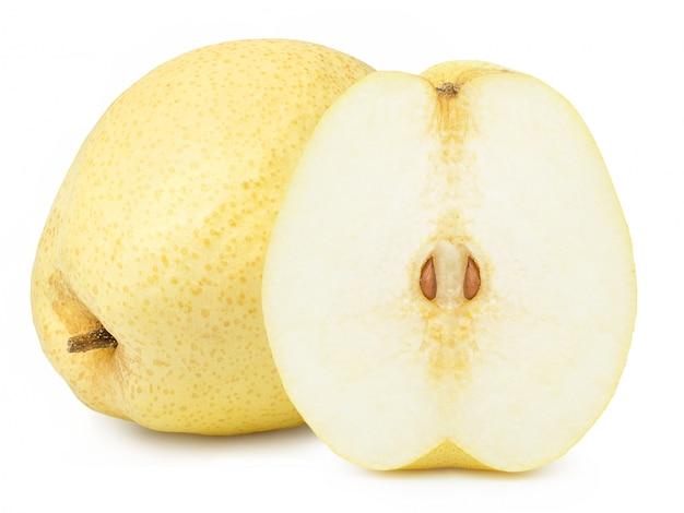 Chinees perenfruit met gesneden half geïsoleerd op witte achtergrond