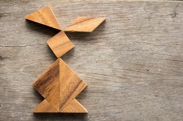 Chinees tangrampuzzel in konijnvorm op houten achtergrond