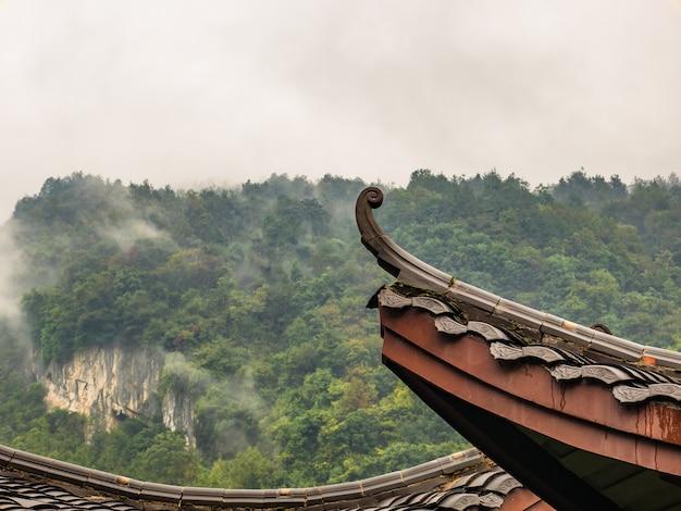 Chinees tempeldak met prachtige berg in de mistige dag