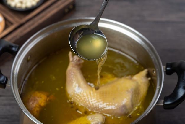 Chinees traditioneel eten, heerlijke gestoofde kippensoep