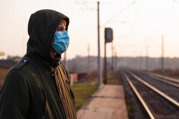 Chinees virus covid-19. man, man in medisch masker op platform. pandemische quarantaine. transport instorten