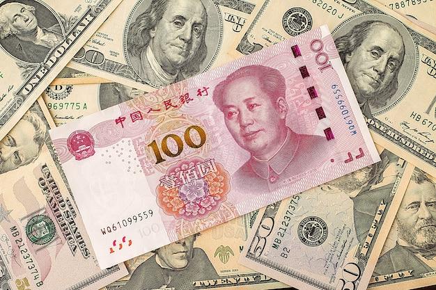 Chinees yuan bankbiljet op de dollarbankbiljetten van de vs