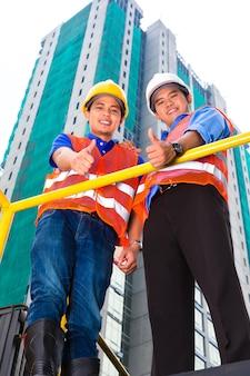 Chinese architect en supervisor op een bouwplaats