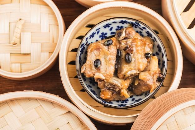 Chinese dim sum gestoomde varkensribbetjes met zwarte bonen