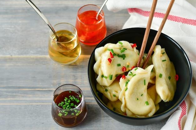 Chinese dim sum met drie soorten sauzen