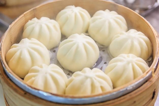 Chinese dumplings (gestoomde spullen broodje) wordt gestoomd op de traditionele bamboe pan