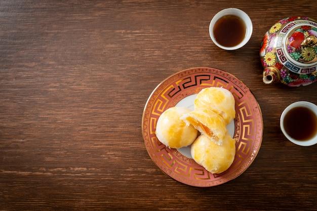 Chinese gebakmaancake met gezouten ei-pinda of loempiadeeg met noten en gezouten eieren - aziatisch eten