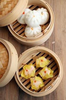 Chinese gestoomde dumplings en broodjes