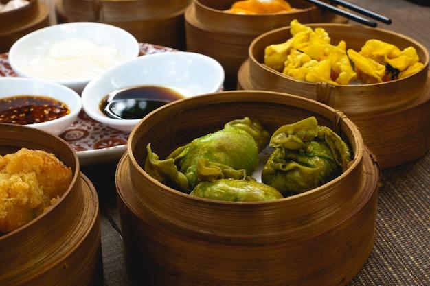 Chinese gestoomde en gebakken broodjes in houten stoomboten
