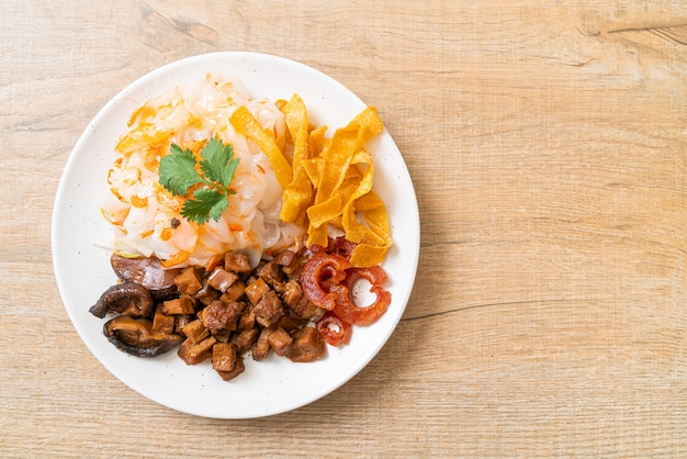 Chinese gestoomde rijstnoedel met varkensvlees en tofu in zoete sojasaus - aziatische voedselstijl