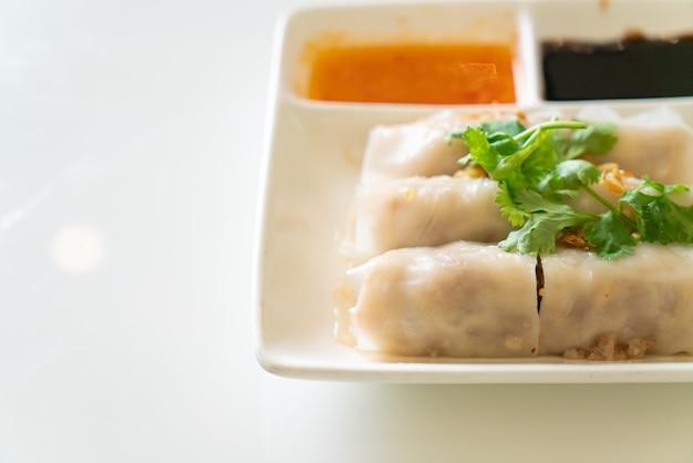 Chinese gestoomde rijstnoedelbroodjes met krab - aziatisch eten