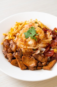 Chinese gestoomde rijstnoedels - aziatische voedselstijl