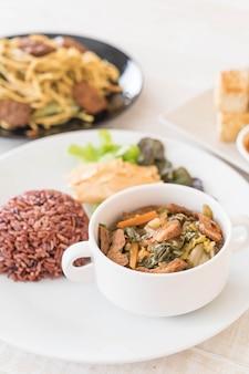 Chinese groentegietstoof en tofu met bessenrijst