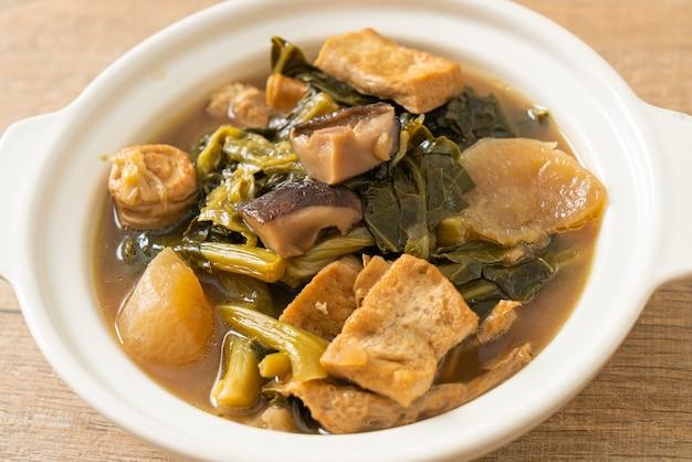 Chinese groentestoofpot met tofu of mengsel van groentesoep - veganistische en vegetarische voedingsstijl