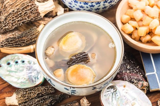 Chinese keuken-abalone en morelsoep