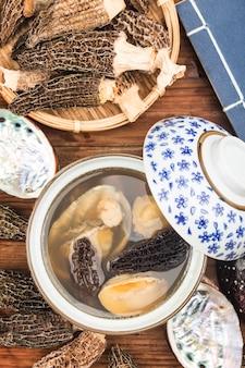 Chinese keuken-abalone en morillesoep