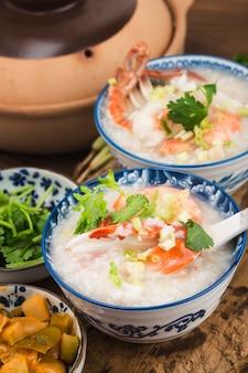 Chinese keuken. een braadpan chaoshan zeevruchtenpap. zeevruchtenpap
