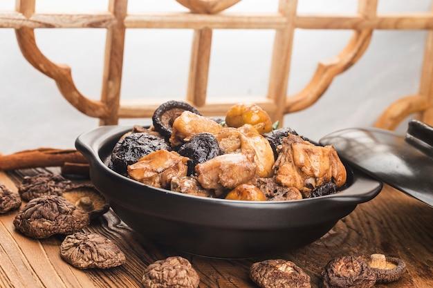 Chinese keuken: roergebakken kip met kastanje en champignons