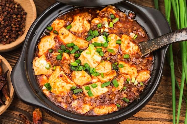 Chinese keuken: tofu en gehakt met hete pikante saus