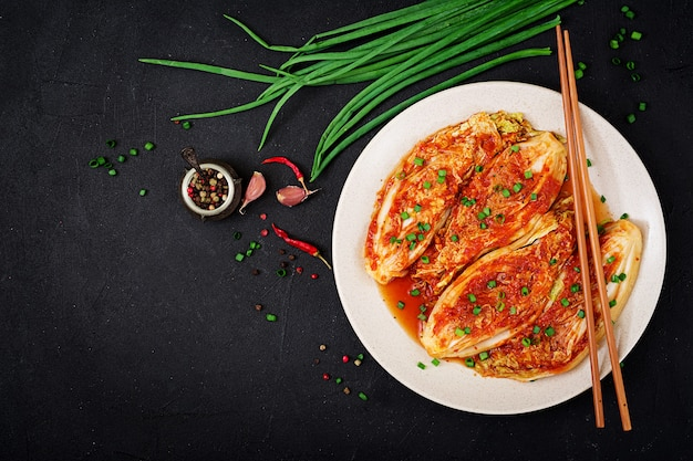 Chinese kool. kimchi-kool. koreaans traditioneel eten. bovenaanzicht. plat leggen