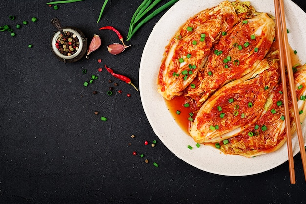 Chinese kool. kimchi-kool. koreaans traditioneel eten. bovenaanzicht plat leggen