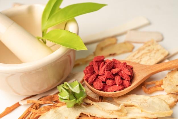 Chinese kruidengeneeskunde met goji-bessen voor goed gezond.
