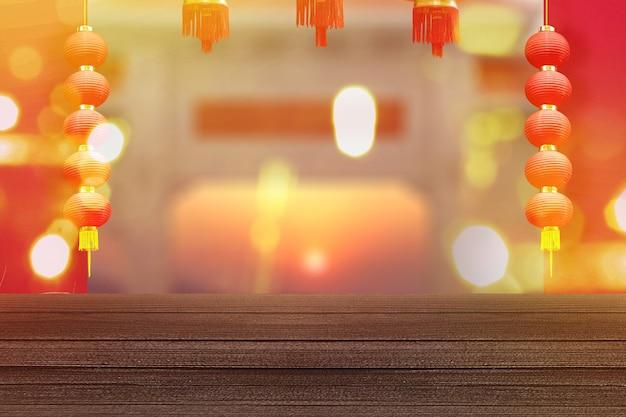 Chinese lantaarns opknoping met rode muur en wazig licht muur