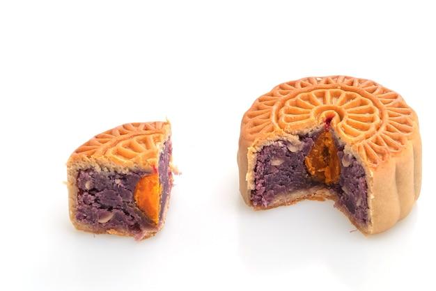 Chinese maan cake paarse zoete aardappel en eigeel smaak geïsoleerd op een witte achtergrond