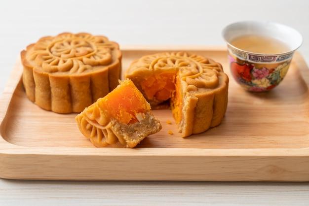 Chinese maancake durian en eigeel smaak met thee op houten plaat