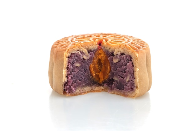 Chinese maancake paarse zoete aardappel en eigeel aroma geïsoleerd
