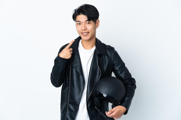 Chinese man met een motorhelm geïsoleerd op een witte achtergrond met een duim omhoog gebaar