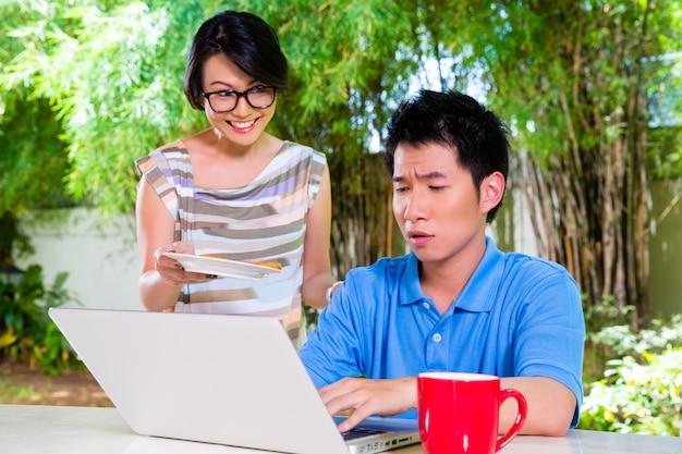 Chinese moeder en aziatische zoon thuis