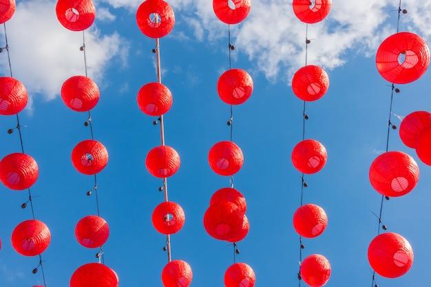 Chinese nieuwe jaarlantaarns met blauwe hemel