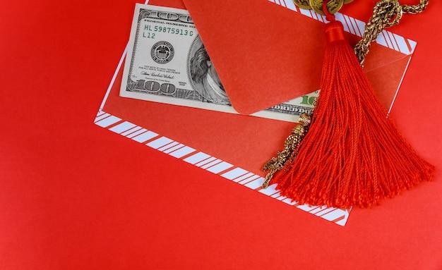 Chinese nieuwjaarachtergrond. amerikaanse dollars chinees gelukssymbool op rood