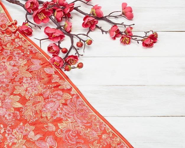 Chinese nieuwjaardecoratie op een rode achtergrond