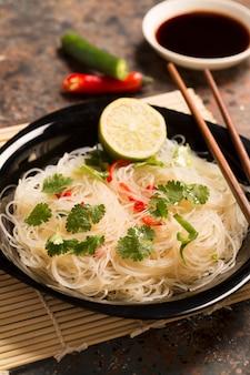 Chinese noedel met chili peper