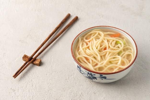 Chinese noedel of udon met groenten en eetstokje