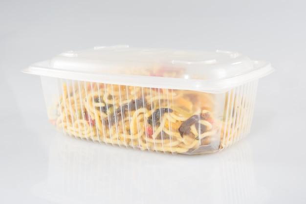 Chinese noedels in afhaalmaaltijden dozen met champignons en peterselie