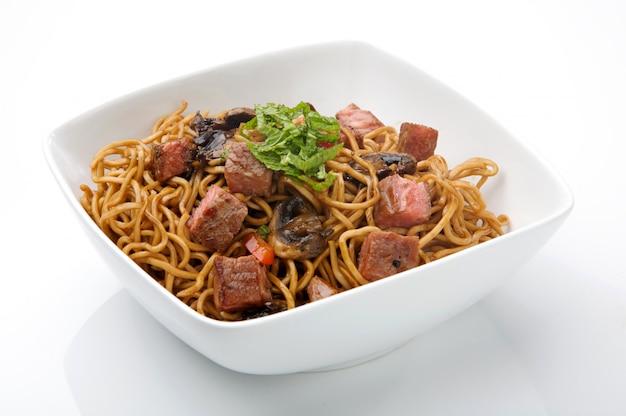 Chinese noedels met vlees en sojasaus