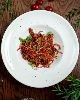 Chinese nuddles met groenten op tafel