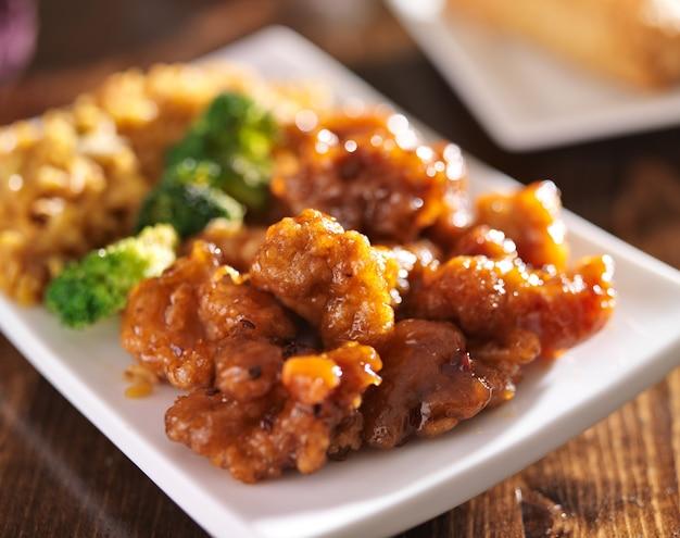Chinese oranje kip met gebakken rijst