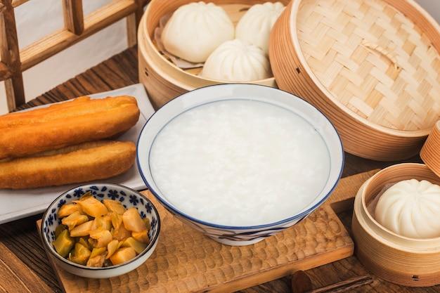Chinese pap ontbijtset, gebakken deegstengels, witte pap,