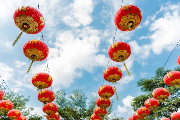 Chinese papieren lantaarns tegen een blauwe hemel