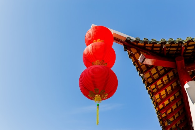 Chinese paviljoenboog met blauwe hemel, gelukkig chinees nieuw jaar
