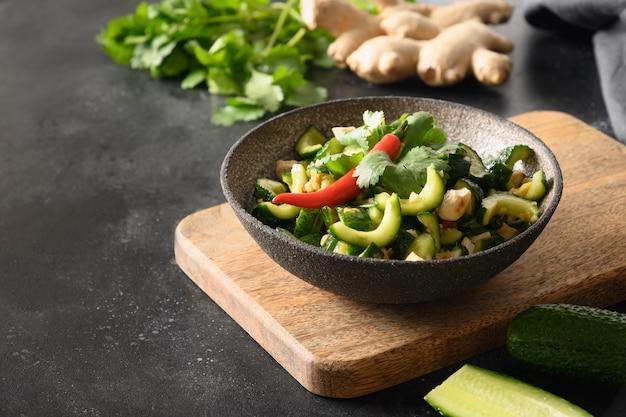 Chinese pittige gebroken komkommersalade aziatische keuken pittige komkommers