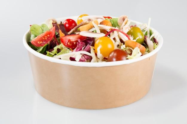 Chinese salade in karton meeneemcontainer op wit